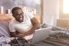 在家做自由职业者聪明的年轻非裔美国人的人 库存照片