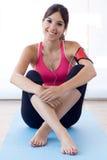 在家做锻炼的美丽的健康少妇 免版税库存图片