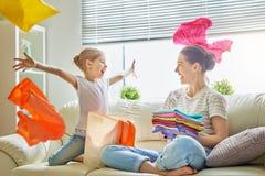 在家做洗衣店的家庭 免版税库存图片