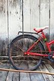 在家停放红色的自行车 库存照片
