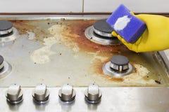 在家关闭妇女清洁烹饪器材厨房 免版税库存图片