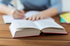 在家关闭有书和笔记本的学生 免版税库存照片