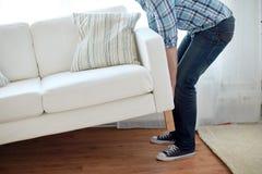 在家关闭男性移动的沙发或长沙发 免版税库存照片