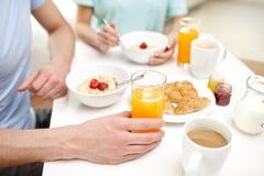 在家关闭食用的夫妇早餐 免版税库存图片