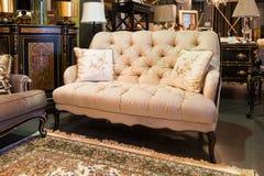 在家具店的沙发 图库摄影