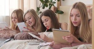 在家写购物清单的十几岁的女孩在笔记薄 股票视频