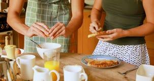 在家准备早餐的夫妇在厨房4k里 影视素材