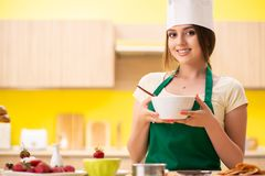 在家准备沙拉的少妇在厨房里 免版税库存照片