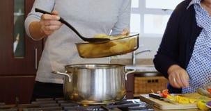 在家准备食物的母亲和女儿在厨房4k里 股票视频