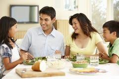 在家分享膳食的亚洲家庭 免版税库存图片