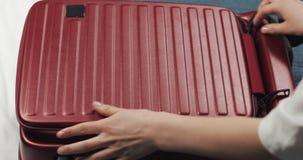 在家包装一次旅途的妇女的手手提箱在床上 旅行准备 股票录像