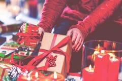 在家包裹和装饰圣诞节礼物的妇女 免版税图库摄影