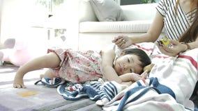 在家单独使用在沙发的愉快的亚裔女孩 4K美丽的女孩的慢动作 影视素材