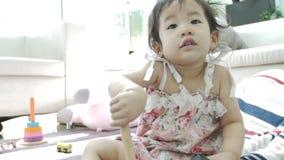 在家单独使用在沙发的愉快的亚裔女孩 4K美丽的女孩的慢动作 股票录像