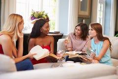 在家参与在读书俱乐部的小组女性朋友 免版税图库摄影