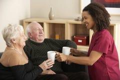 在家参观资深夫妇的护士 免版税库存图片