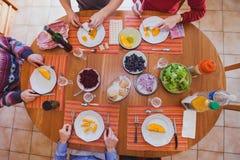 在家吃午餐的家庭,桌顶视图  免版税库存照片