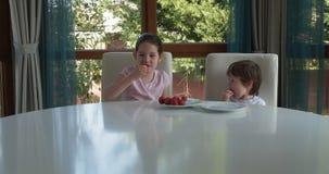 在家吃新鲜的成熟草莓的逗人喜爱的孩子 股票录像