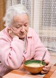 在家吃的老妇人 库存图片