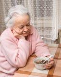 在家吃的老妇人 库存照片
