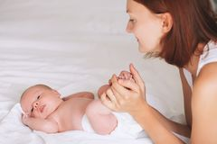 在家哺乳新出生的婴孩的母亲 库存图片