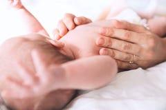 在家哺乳新出生的婴孩的母亲 免版税库存图片