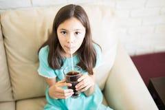 在家喝与秸杆的孩子冷的饮料 库存照片