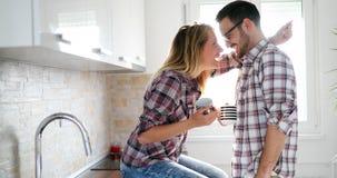 在家喝咖啡和微笑的爱的浪漫夫妇 免版税图库摄影
