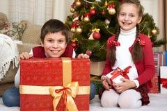 在家圣诞节装饰的孩子,愉快的情感,寒假概念 免版税库存照片