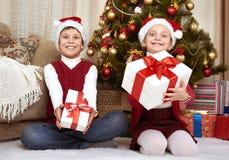 在家圣诞节装饰的孩子,愉快的情感,寒假概念 免版税库存图片
