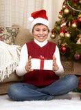 在家圣诞节装饰的男孩,愉快的情感,寒假概念 库存图片