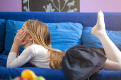 在家在床上的小女孩 免版税库存照片