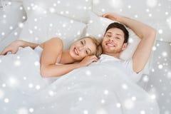 在家在床上的愉快的夫妇 库存图片