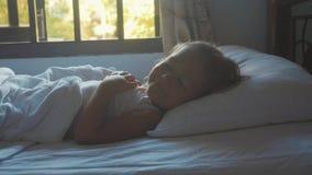 在家在床上的醒的儿童女孩画象在早晨 影视素材