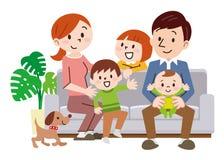 在家坐在沙发的快乐的家庭 皇族释放例证