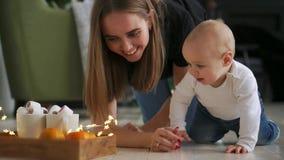 在家坐地板然后爬行到她的妈妈的哭泣的可爱宝贝男孩 股票录像