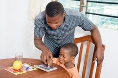 在家学习与他的老师的男小学生 库存图片
