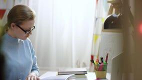 在家学习书的俏丽的年轻女人 股票录像
