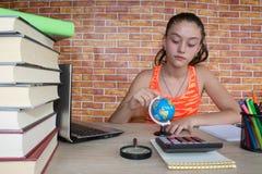 在家学习在书桌上的女孩 在木表的书 库存图片