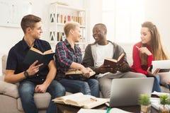 在家学习在cou的小组不同的学生大气 库存图片