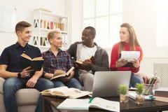 在家学习在cou的小组不同的学生大气 免版税库存图片