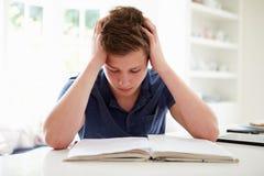 在家学习沮丧的男孩 免版税库存照片