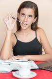 在家学习西班牙的十几岁的女孩 免版税图库摄影
