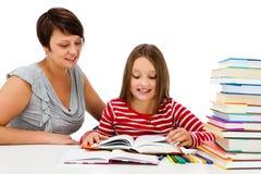 做家庭作业的女孩隔绝在白色背景 免版税库存照片
