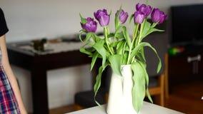在家安排花的无法认出的妇女 股票录像