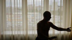 在家实践tai池氏客厅的成人白种人人 Tai池氏锻炼白人健康 股票视频