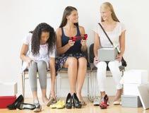 在家尝试在新的鞋子的十几岁的女孩 免版税库存照片