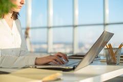 在家工作使用膝上型计算机的女实业家,学习事务 库存图片