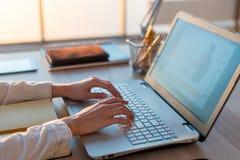在家工作使用计算机的成人女实业家,学习在个人计算机屏幕上的企业想法 免版税库存照片