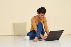 在家工作俏丽的妇女 免版税库存图片